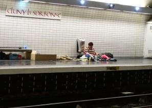 Paris Metrosu'nda İnsanın İçini acıtan Manzara