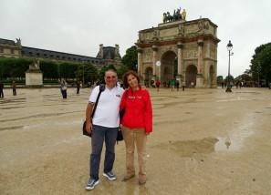 Louvre Müzesi'nin karşısındaki Zafer Takı