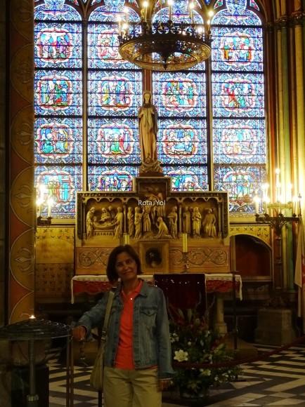 Notre Dame Katedrali'nin İçinde Bir Vitray