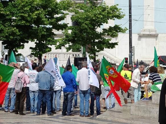 Ulusal gün için toplanan bayraklı Portekizliler