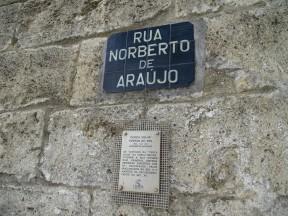 Sur duvarları yanından Alfama'ya inen yol