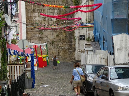 Alfama sokaklarında ulusal gün süslemeleri