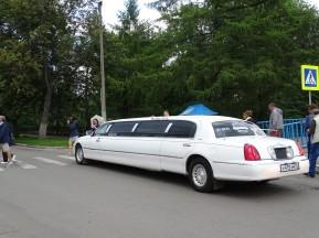 Kiliseye gelen gelin arabası