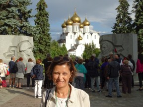 Arkada Assumption Katedrali, önde 2. Dünya Savaşı anıtı
