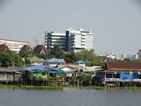 BANGKOK'A YAKLAŞTIKÇA APARTMANLAR BAŞLIYOR