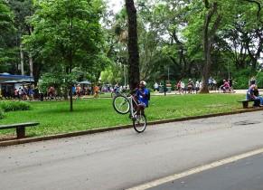 İbirapuera Parkı'nda bisiklet akrobasisi