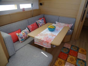 Teknenin içi, salon kısmı.